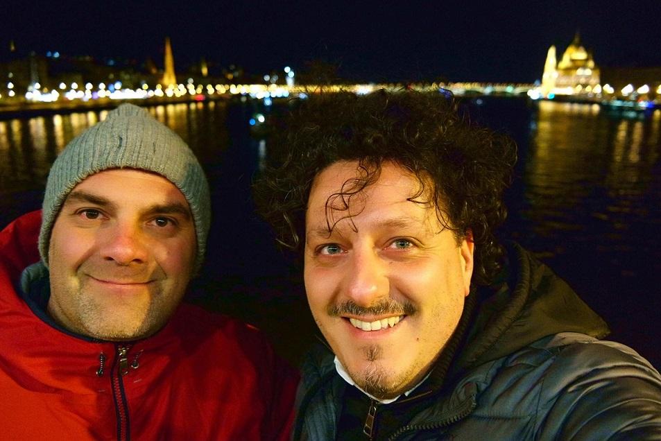 Io e Andrea, sul Ponte delle catene, a Budapest, durante il viaggio di ritorno.