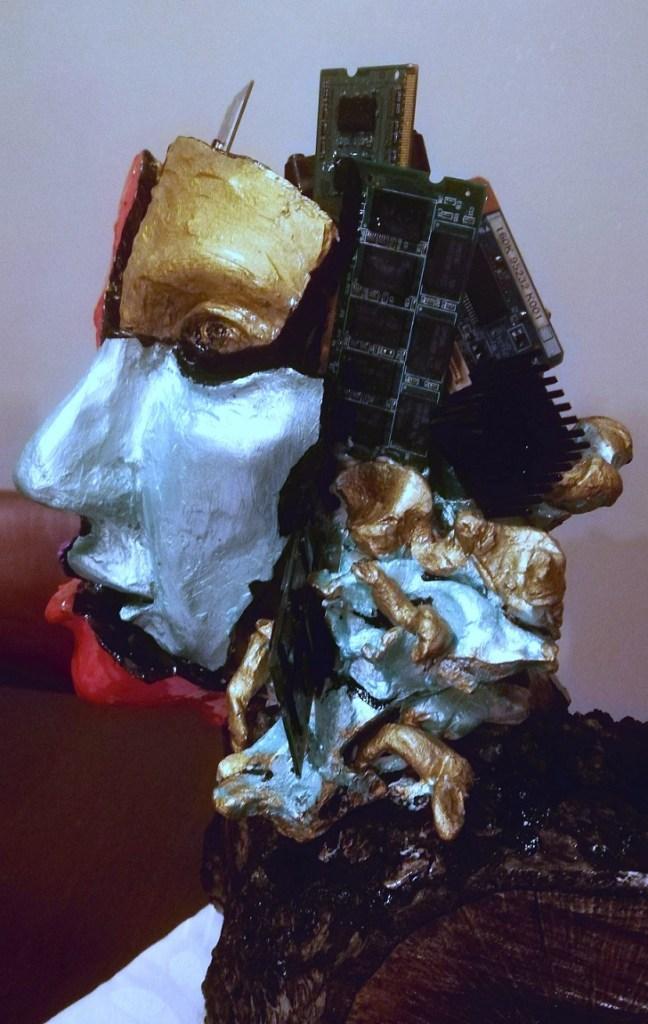 Intelligenza Umana Artificiale. Profilo dove scendono circuiti misti a capelli, la bocca è spezzata, inutile.