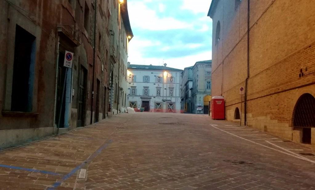 """Inizio della """"zona rossa"""" verso la piazza dietro al duomo"""