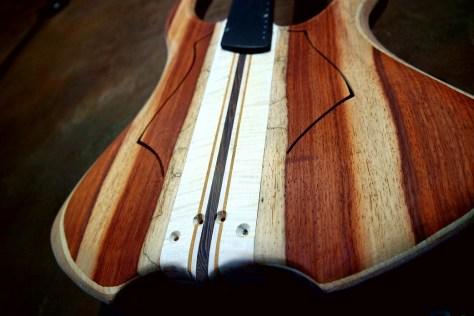 Basso in costruzione con le camere tonali, assemblato con diversi tipi di legno che danno un aspetto ed una eleganza unica allo strumento.