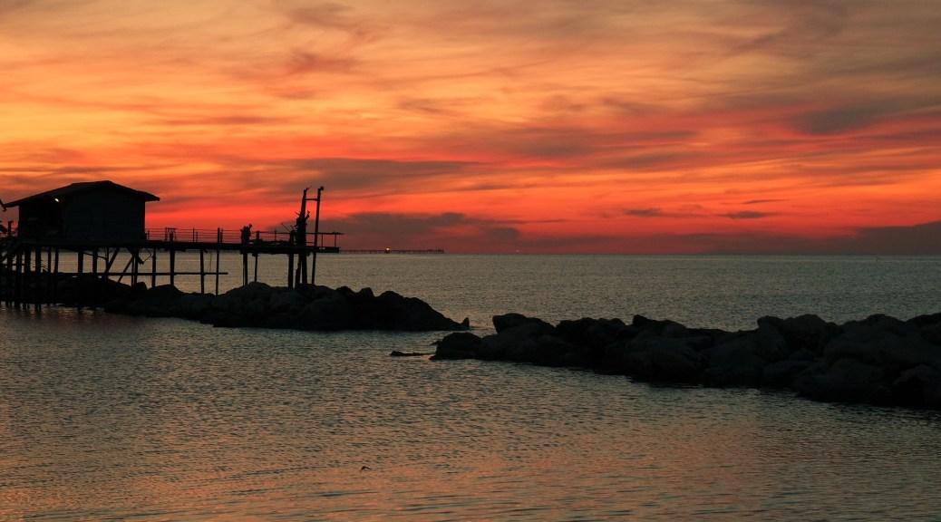 Overshoot day. Tramonto sul mare fra i trabucchi di Ancona.