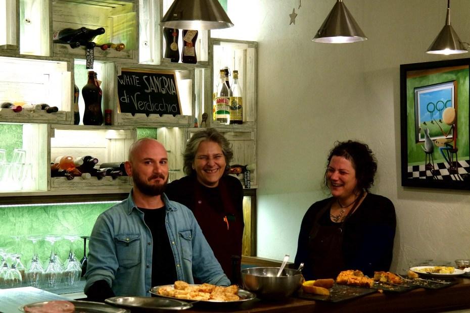 La Petriola, cantina d'arte. Daria, Carla e l'artista Mauro Falcioni.