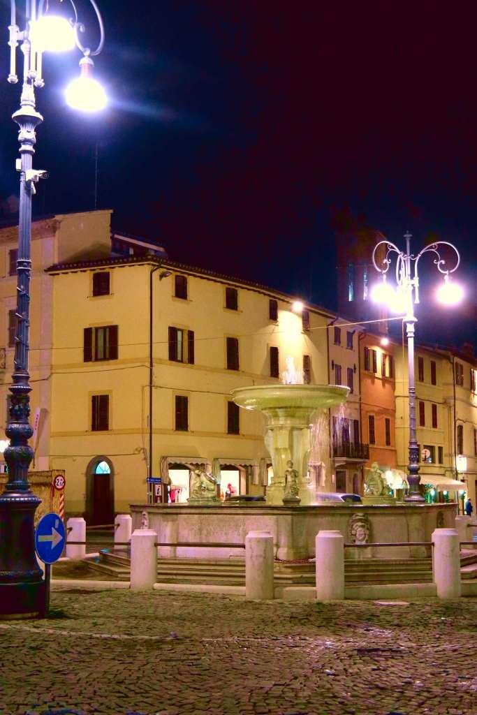 La Petriola, cantina d'arte. La piazza di Matelica.