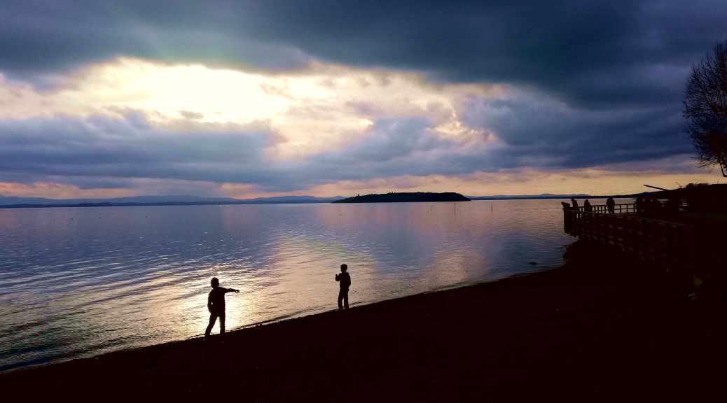 Quattro passi a Passignano bambini sul lungo lago