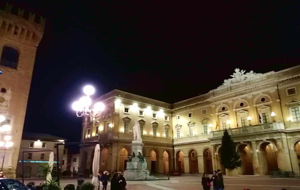 Recanati, la piazza e la torre antica