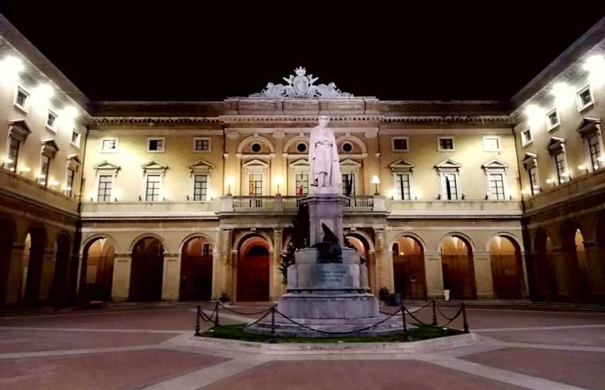 Recanati, la piazza di notte