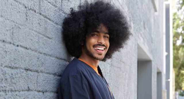 homem cabelo longo crespo