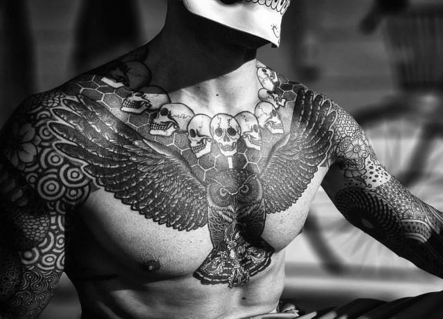 Tatuagem no peito monocromática do Nissaco