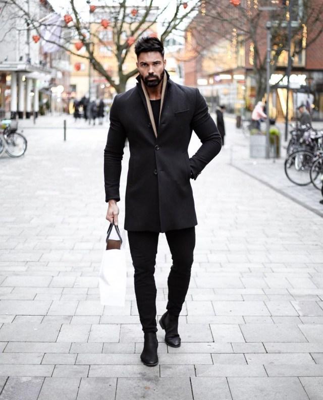 Outfit masculino monocromático com bota
