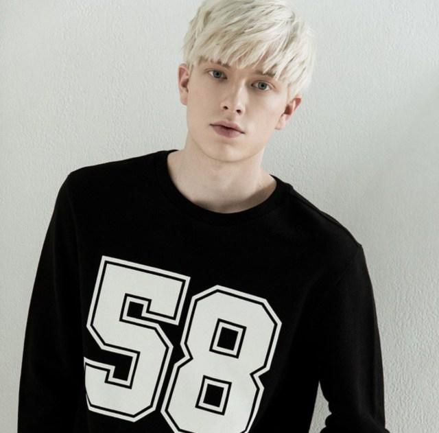 Rapaz com cabelo platinado