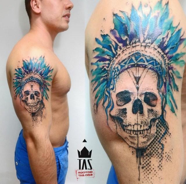 Tatuagem de caveira colorida no braço