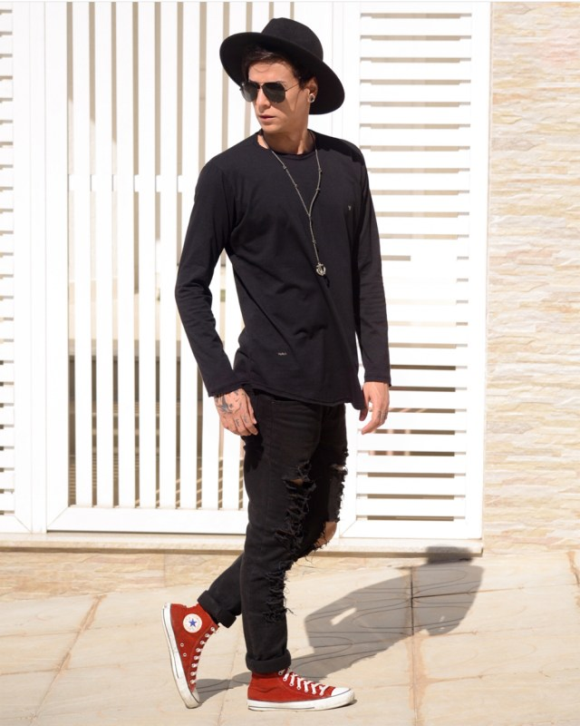 Look masculino All Black com chapéu fedora