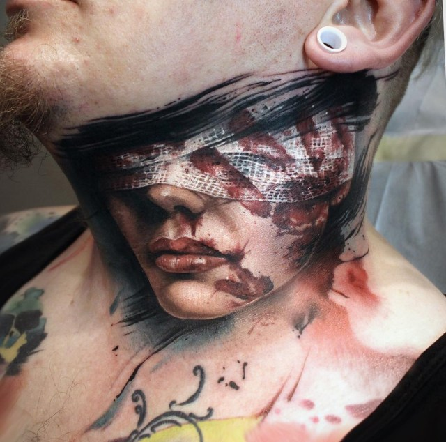 Tatuagem no pescoço de mulher