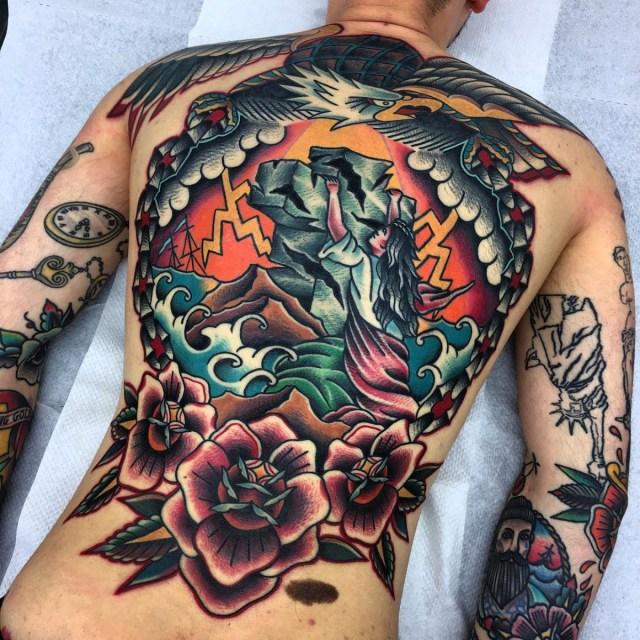 Tatuagem colorida nas costas toda