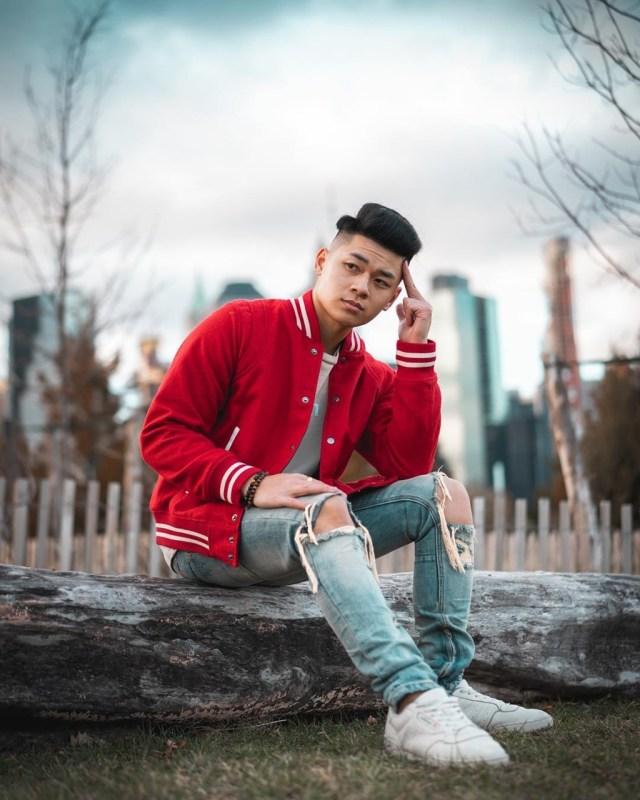 Look masculino com jaqueta Varsity colegial vermelha
