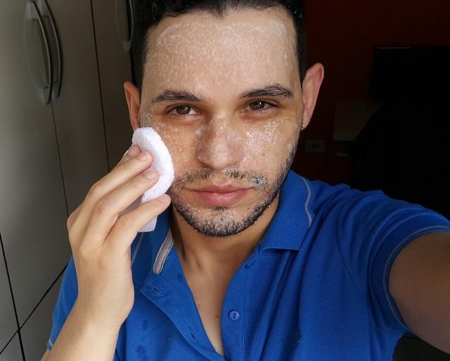 Blogueiro Marco Macei limpando o rosto