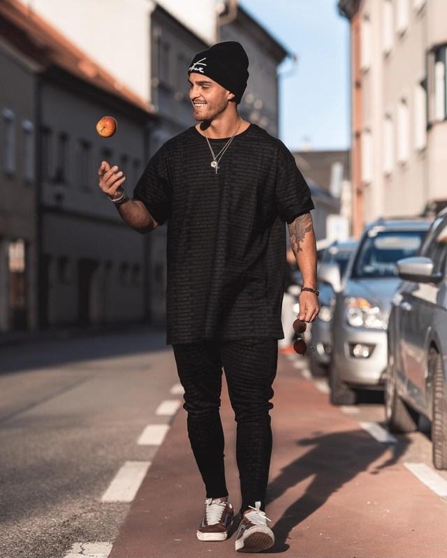 Look masculino monocromático streetwear