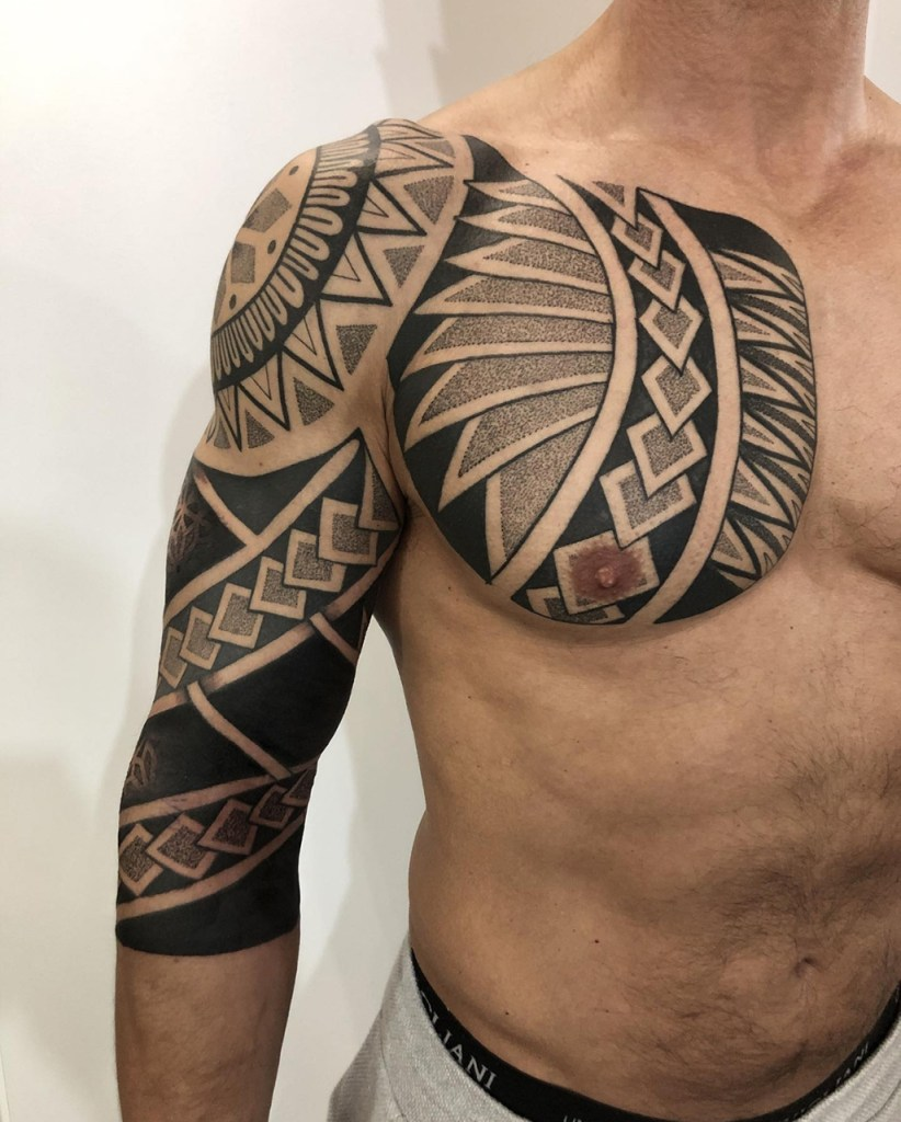 Tatuagem Maori no braço e peito