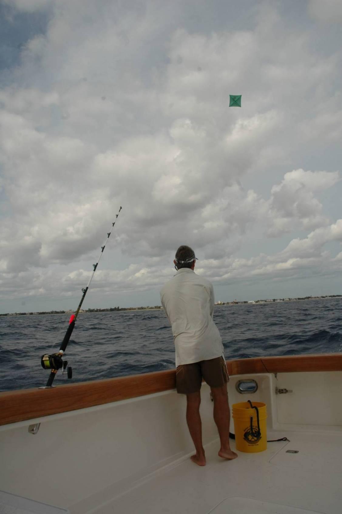 Il momento della cala della canna trascinata fuori dalla poppa della barca dall'azione dell'aquilone
