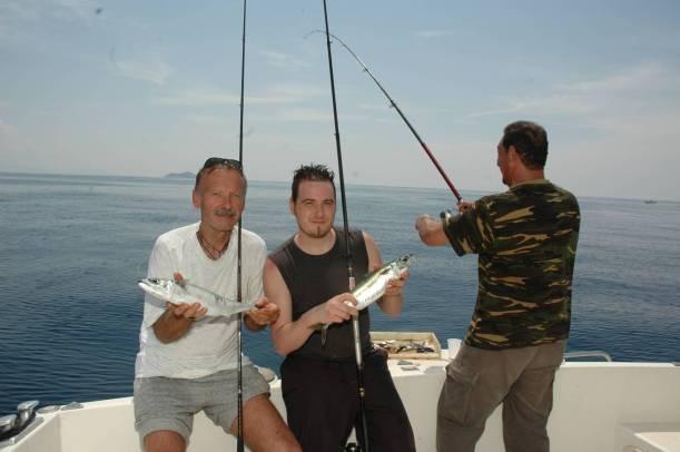 La pesca dello sgombro, una tecnica divertentissima legata al periodo estivo. Da effettuarsi in mezza giornata garantisce catture copiose.