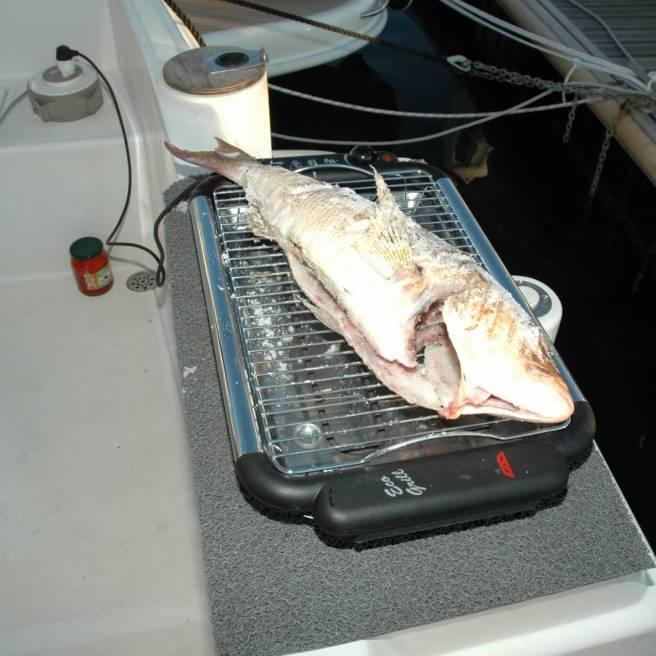 Mangiare a bordo Un dentice catturato e cucinato in griglia elettrica direttamente a bordo durante una minicriciera di pesca