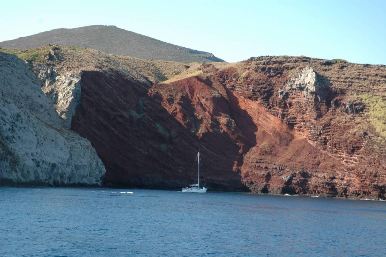 La cala rossa in Capraia uno spettacolo di colori della natura