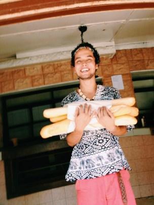 Comprando pão pra familia