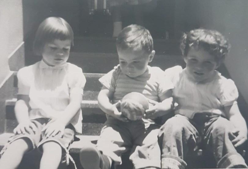 Angelines, Clara y Rodrigo, en las gradas de la tía Giusy
