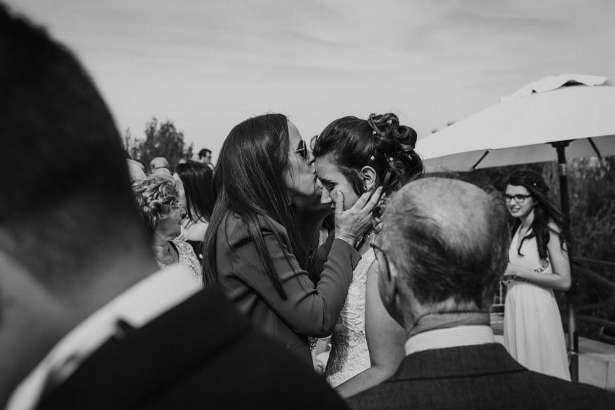 amiga da noiva dá beijo após cerimónia