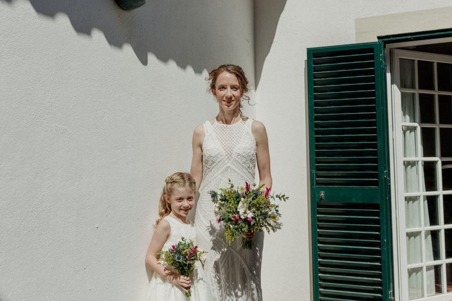 noiva e menina das alianças antes da cerimónia do casamento