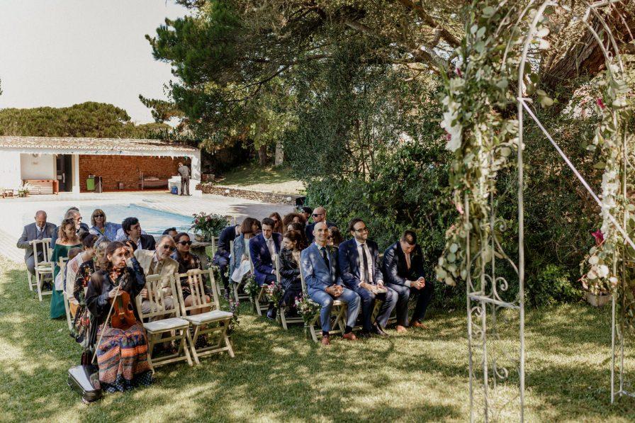 noivo e convidados à espera da noiva