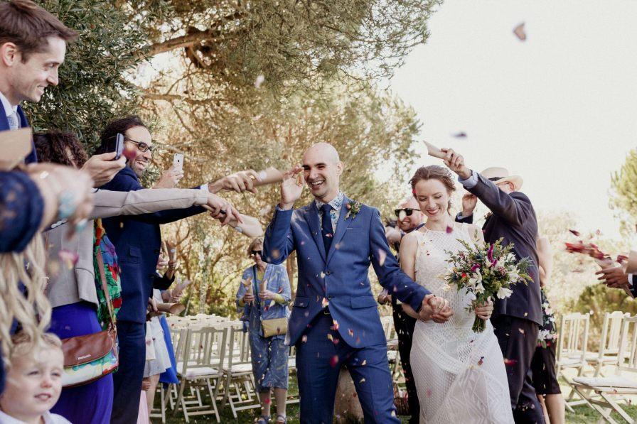 lançamento de pétalas sobre os noivos