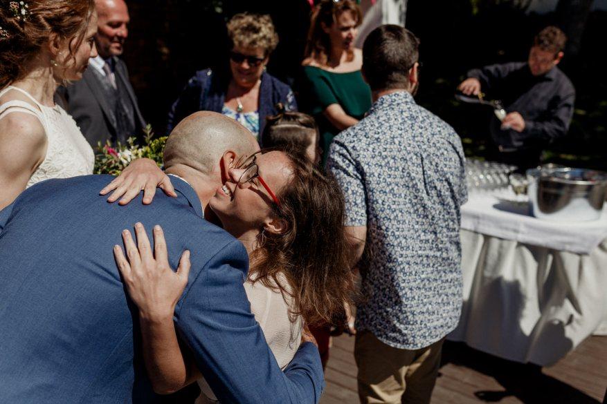noivo abraça convidada do casamento