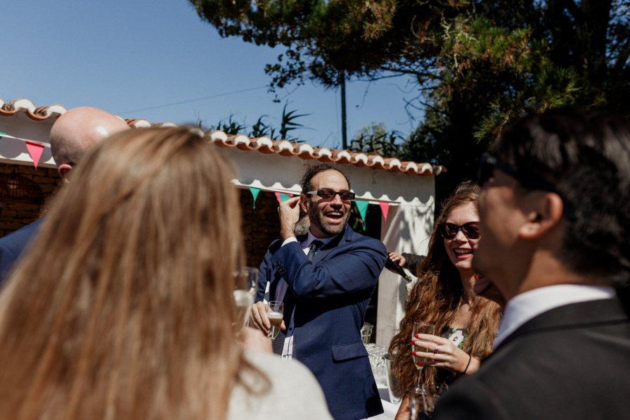 pessoa a rir junto aos convidados