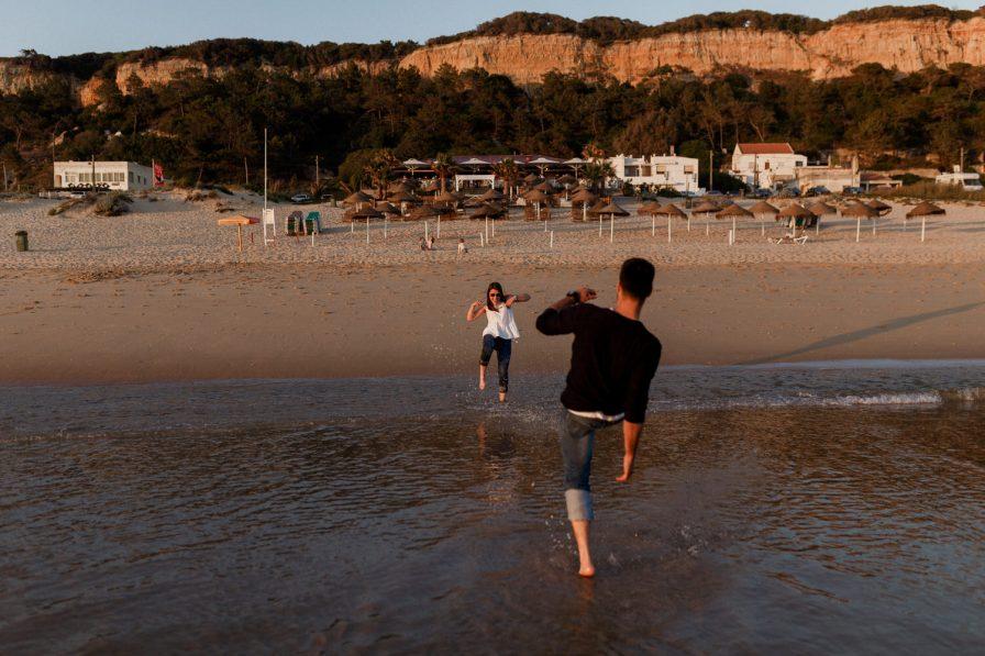 namorado e namorada brincam na praia da fonte da telha