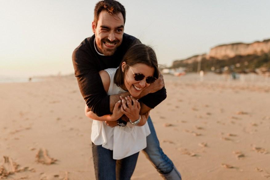 namorados divertem-se a passear na praia da fonte da telha