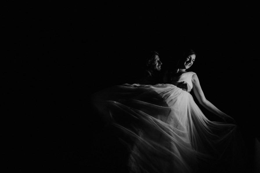 noivo a pegar na noiva ao colo