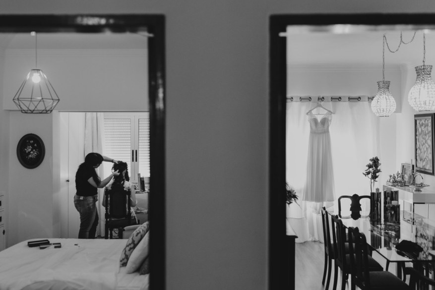 cabeleireira a pentear a noiva em casa