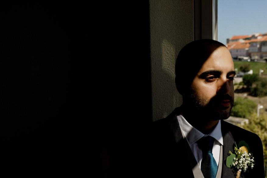retrato do noivo perto da janela de casa
