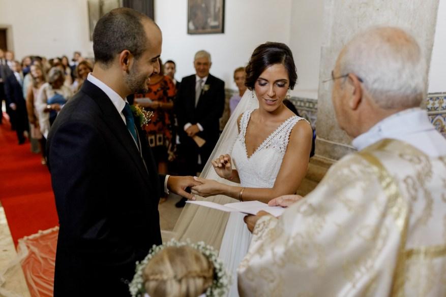noiva lê os votos de casamento para o noivos enquanto pega na aliança