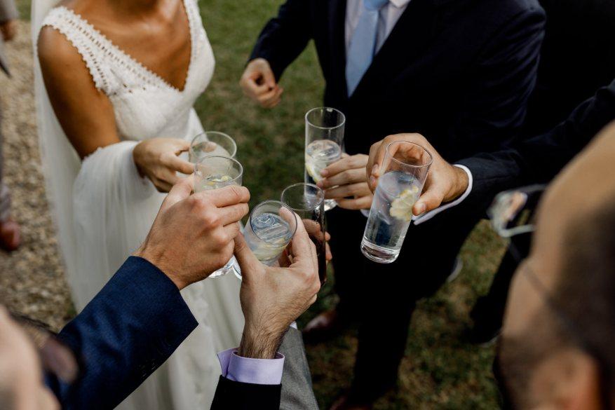 brinde dos noivos com convidados