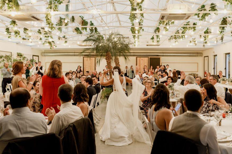 entrada da noiva na sala de jantar a mostrar o vestido pronovias do espaço caiado decorado pelos amor e lima