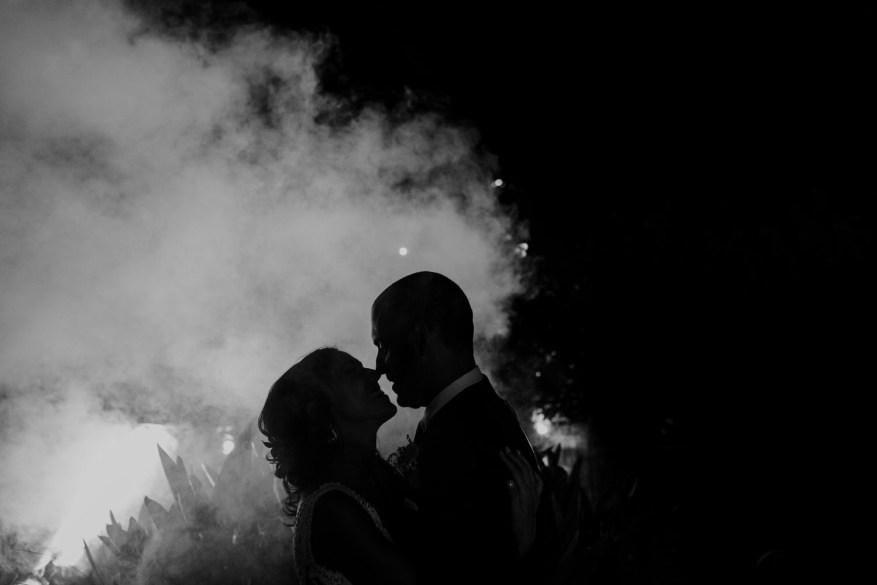 retrato dos noivos no final da festa de casamento no espaço caiado