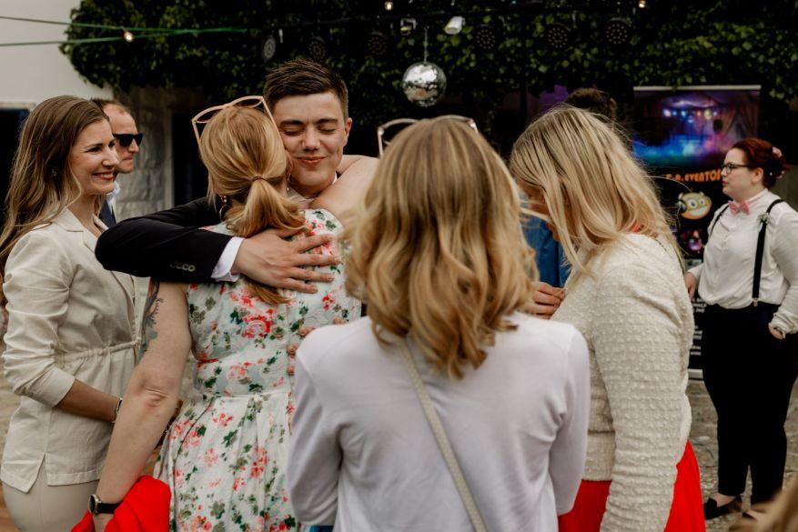 noivo abraça amiga antes do casamento