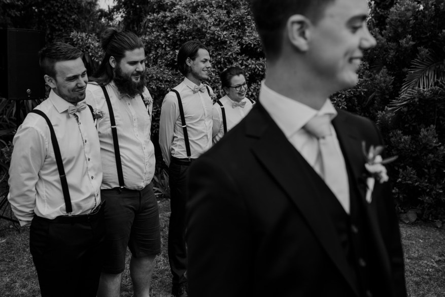 noivo e damos de honor aguardam a chegada da noiva