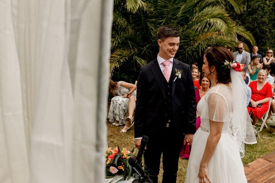 noivos vêm-se pela primeira vez para o começo da cerimónia do casamento