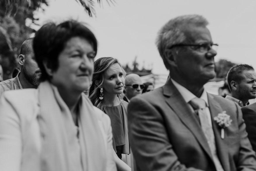 convidada chora durante a cerimónia de casamento