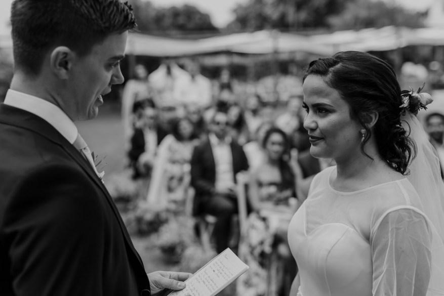 noivo lê o discurso para a noiva