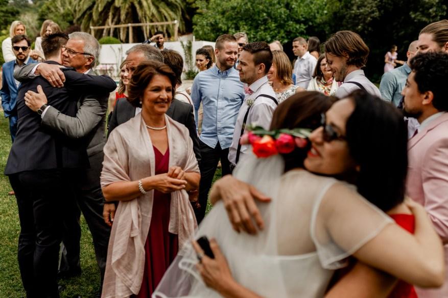 noivos abraçam convidados