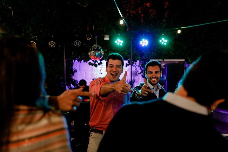 noivos dançam no exterior da quinta casa portuguesa